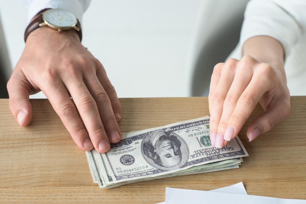 ingatlan áralku során pénzt hagyni az asztalon